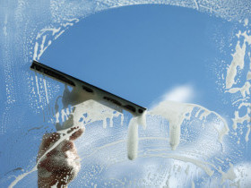 Как мыть стекло с плёнкой
